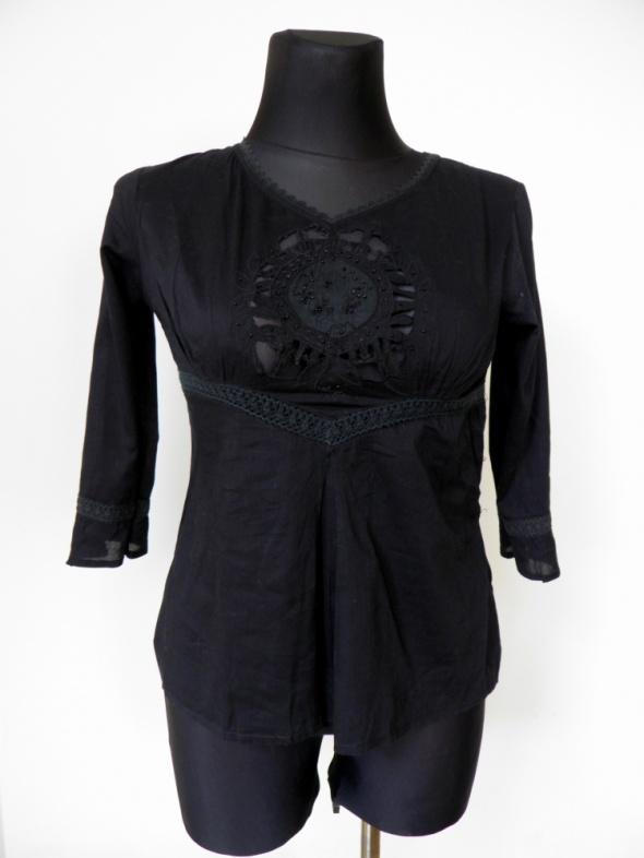 Bluzki Czarna zwiewna bluzka ze zdobieniem