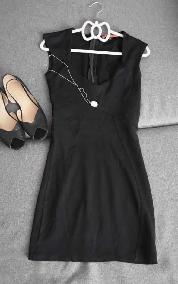 Suknie i sukienki Mała czarna S Bershka