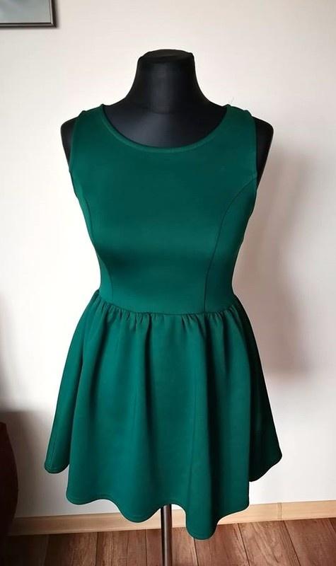 Rozkloszowana sukienka butelkowa zieleń...