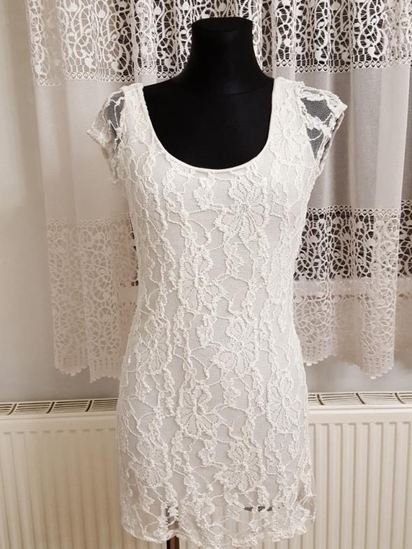 kremowa koronkowa sukienka Made in Italy