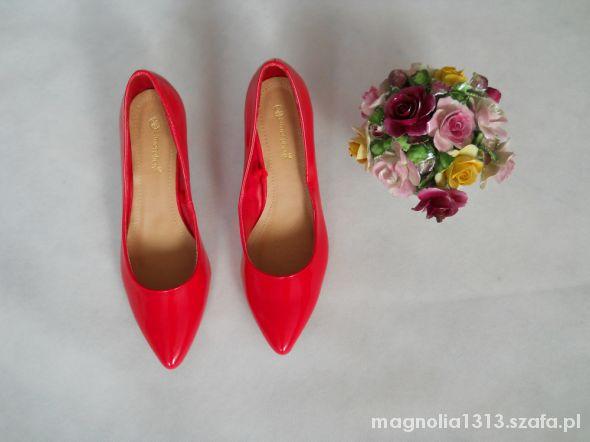 urocze buciki czerwone...