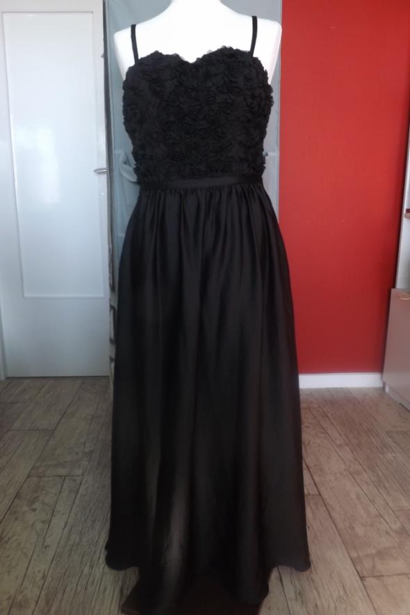 długa czarna balowa suknia...