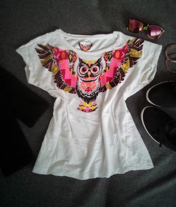 biała koszulka z kolorową aplikacją