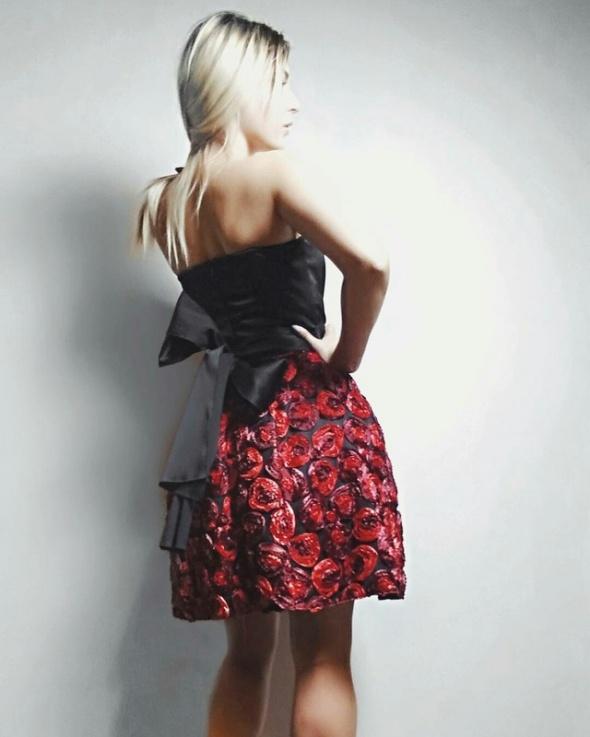 Piękna sukienka studio mody carina polski producent w róże czarna 3d tłoczona