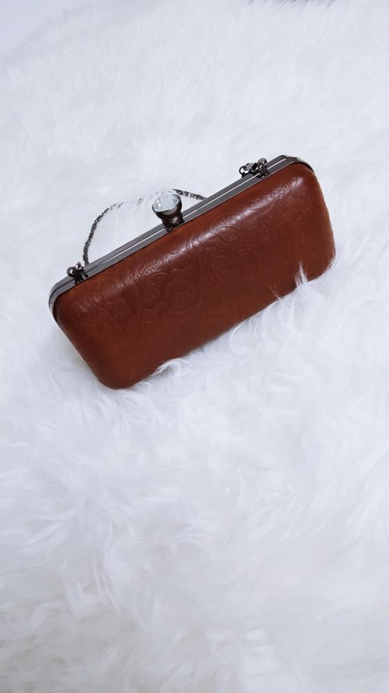 puzderko brązowa tłoczona torebka kuferek kopertówka na łańcuszku kryształowe zapięcie ozdobne