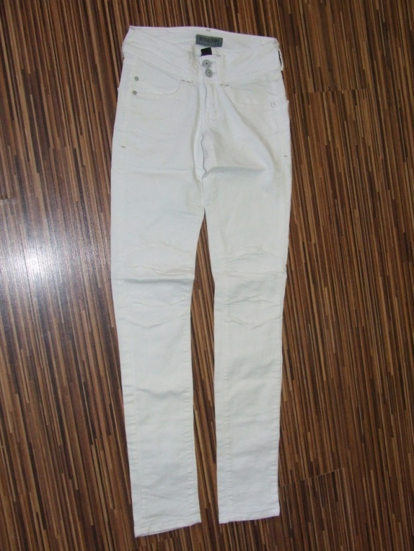 biale spodnie Bershka rozmiar 32...