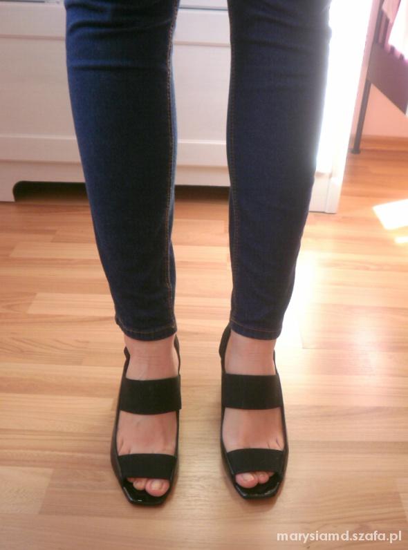Bata czarne paski sandały na słupku minimalizm...