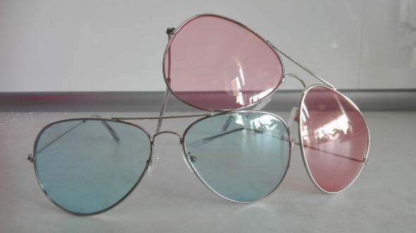 Okulary przeciwsłoneczne różowe i niebieskie