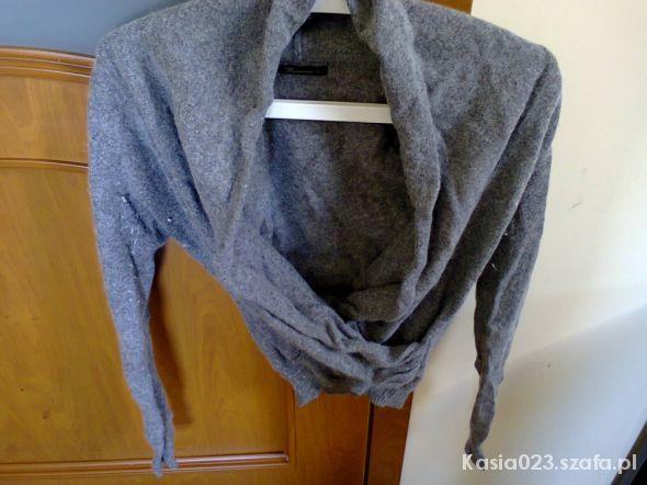Szary sweter krótki