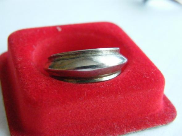 Dziwny pierścionek ze srebra