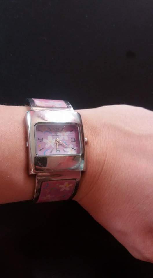 Różowy zegarek na bransoletce