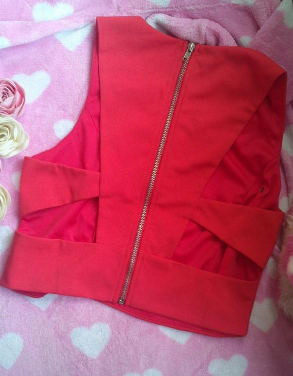 Czerwona bluzka z wycięciami na plecach z zamkiem