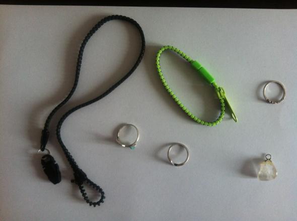Zestaw biżuterii pierścionki bransoletki zawieszka