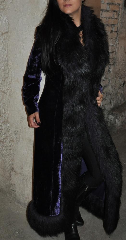 długi płaszcz z futerkiem