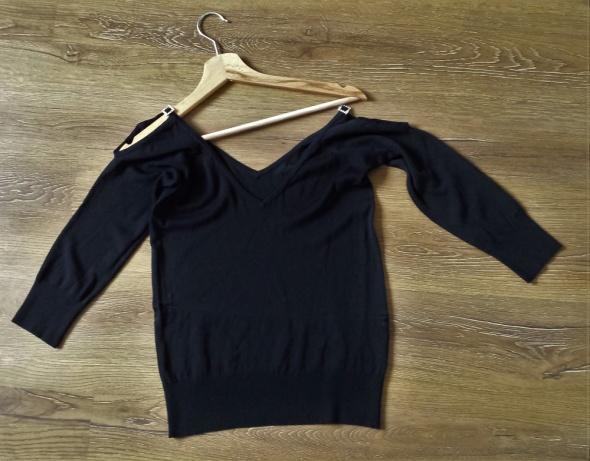 Czarny Sweterek z odkrytymi ramionami...