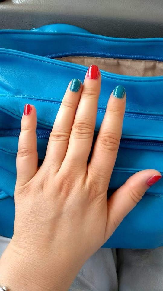 moje paznokcie w kolorze niebieskim i czerwonym