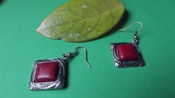 Kolczyki z czerwonym oczkiem