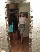 Spódnica w kratę biały golf czyli stylizacja biurowa