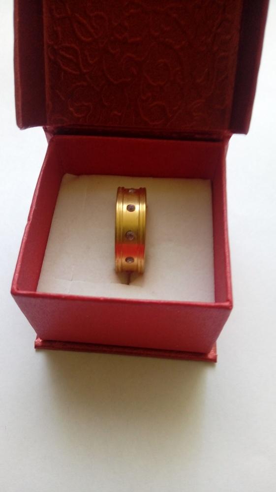 złota obrączka pierścionek szeroka z kamyczkami