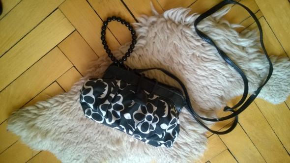 Oddam małą torebkę w kwiaty czarno biała...