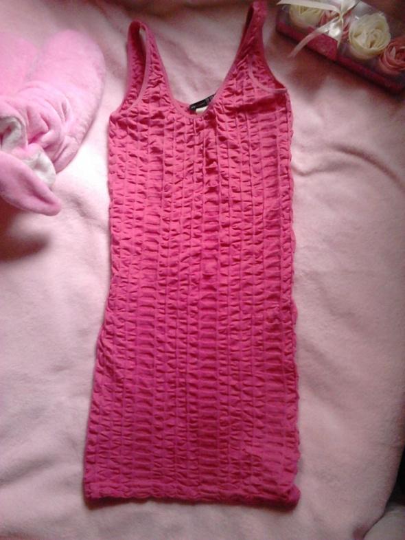 Prosta różowa dopasowana sukienka marszczona