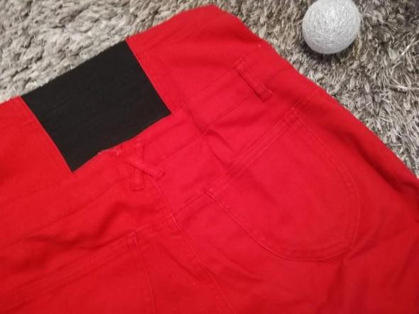 Czerwone spodnie z wysokim stanem...