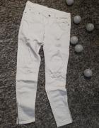 Białe jeansy z dziurami...