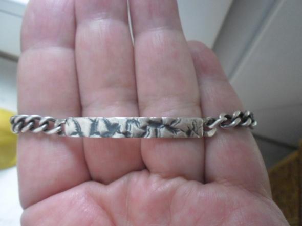 Ciekawa srebrna bransoletka z ozdobną blachą