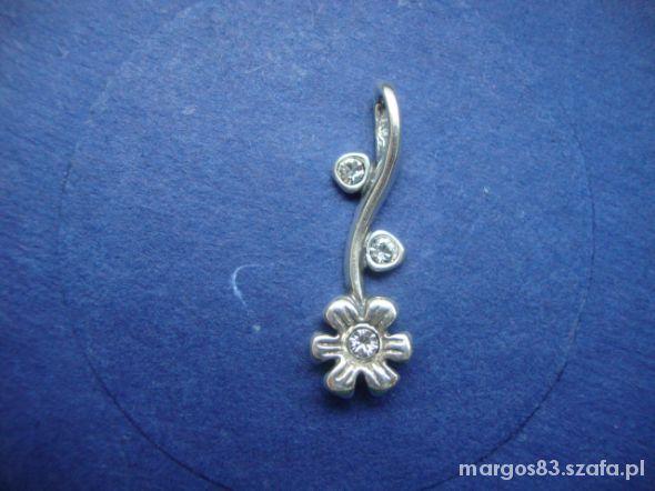 Zawieszka srebna kwiatek z cyrkoniami