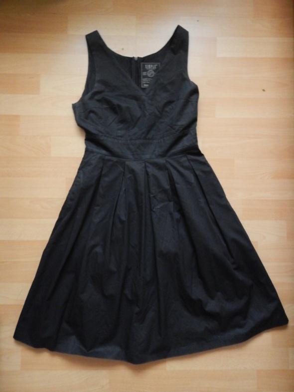 simple czarna sukienka...