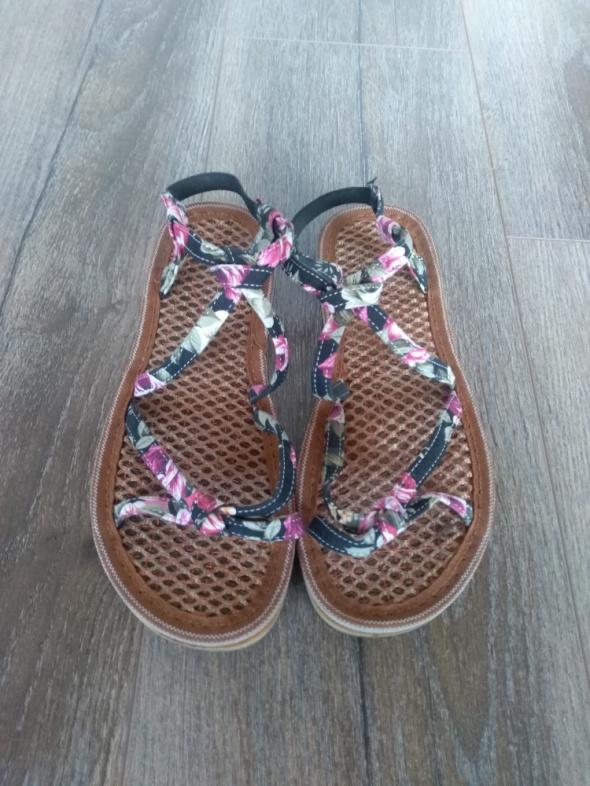 Płaskie sandały w róże