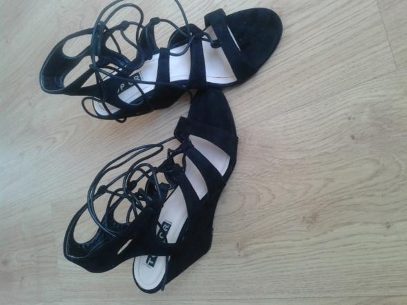 Sandały wiazane koturny