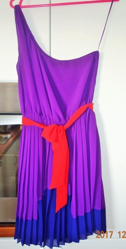 fioletowa sukienka na jedno ramię...