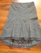 Siwa spódnica z ozdobna koronką...