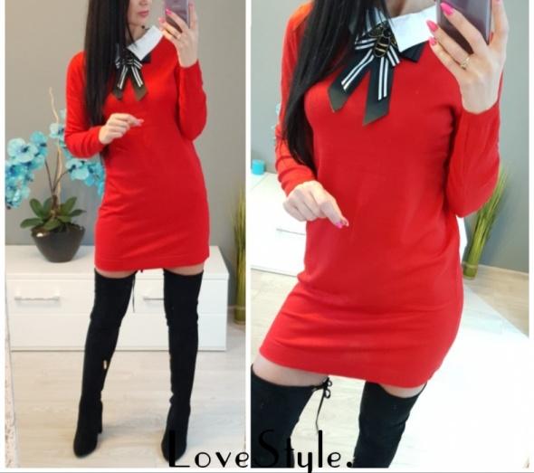 sukienka tunika sweterkowa czerwona z kołnierzykiem i broszka odpinana s m