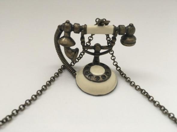 Łańcuszek z telefonem w starym stylu...