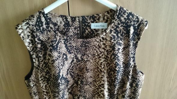 Sukienka Calvin Klein w zwierzęcy wężowy wzór na Andrzejki Sylw...