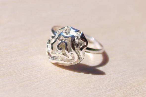 Posrebrzany pierścionek falbanka kwiatek róża z regulacją