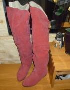 Czerwone zamszowe kozaczki z futerkem