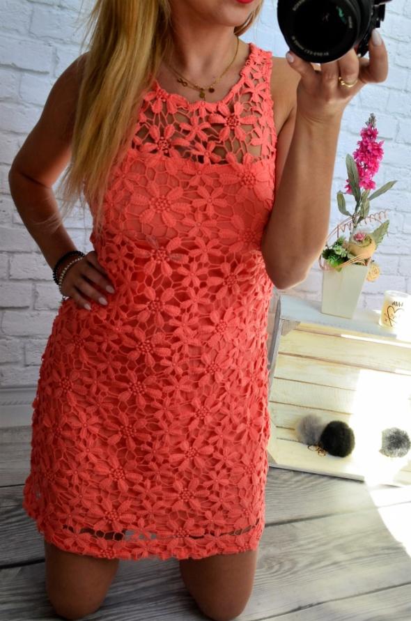 Koralowa sukienka w kwiatki Hollister S...