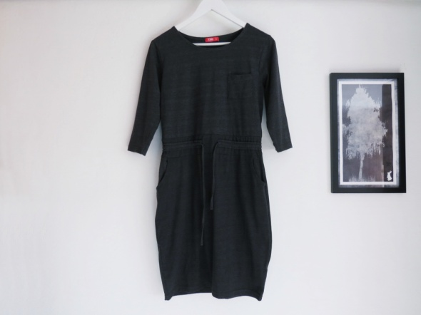 Dresowa wiązana sukienka