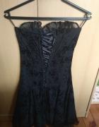 Czarna sukienka we wzory