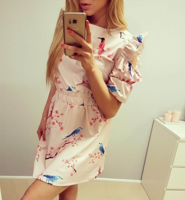 Nowa różowa pudrowa sukienka w ptaki kwiaty wycięte ramiona falbanki L