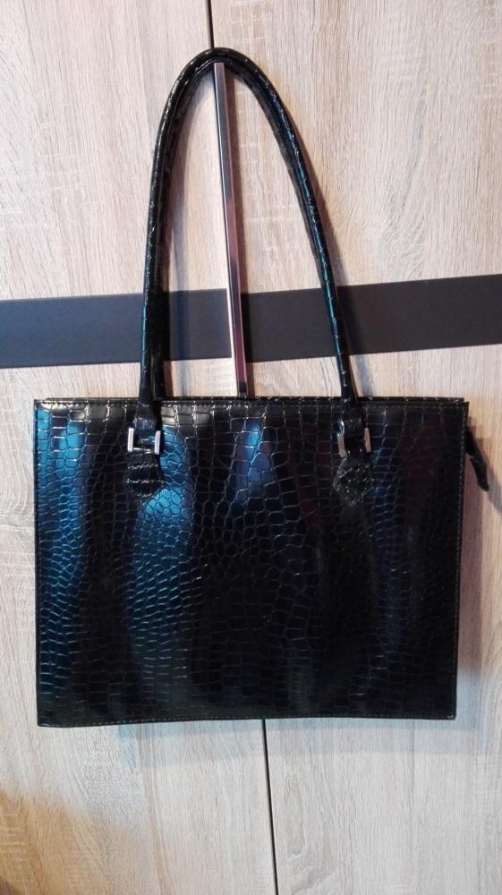 Czarna torebka aktówka lakierowana