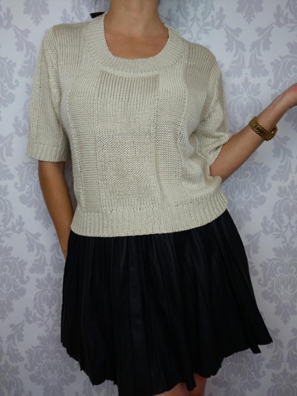 Śliczny beżowy sweterek z krótkim rękawem Fashion Union