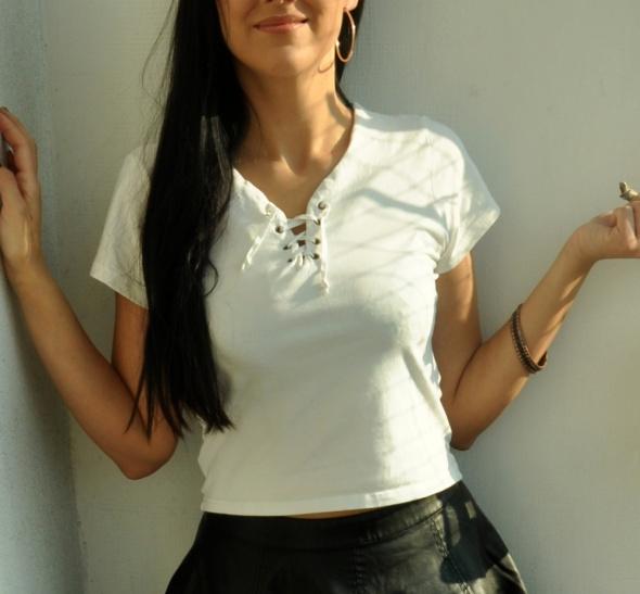 biała koszulka z wiązaniem