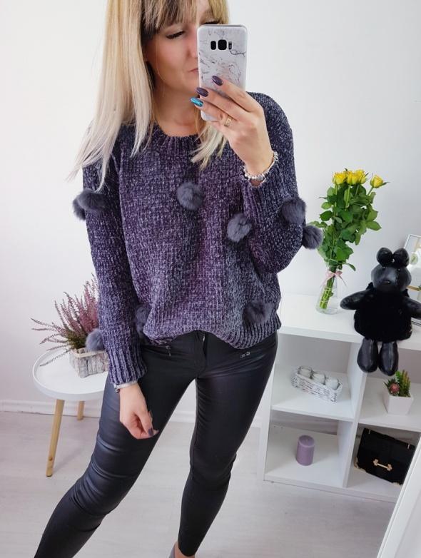 Sweter pompony włochate