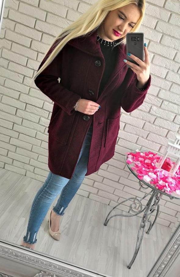 Bordowy płaszcz wiosenny