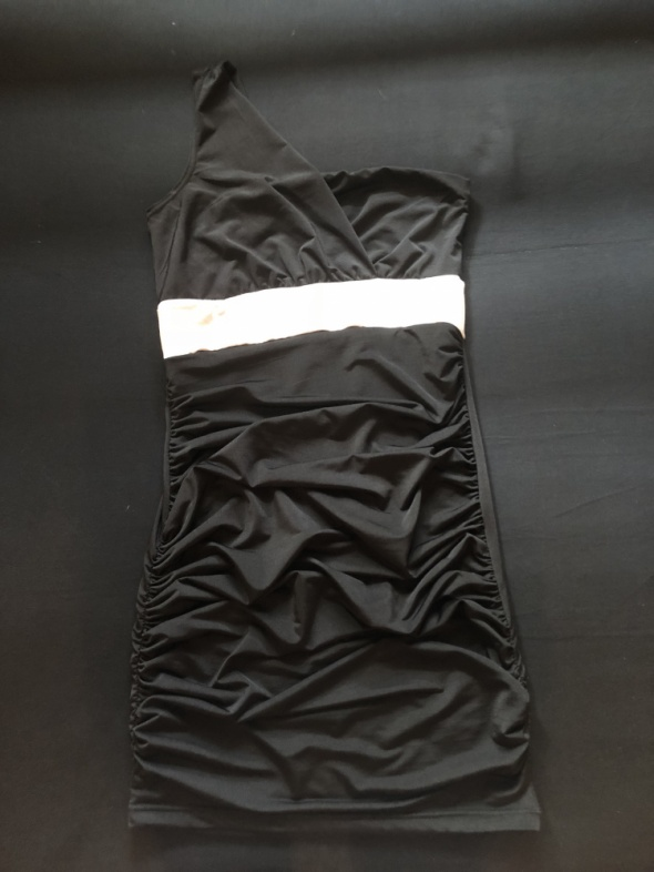 Czarna sukienka mini na jedno ramię...