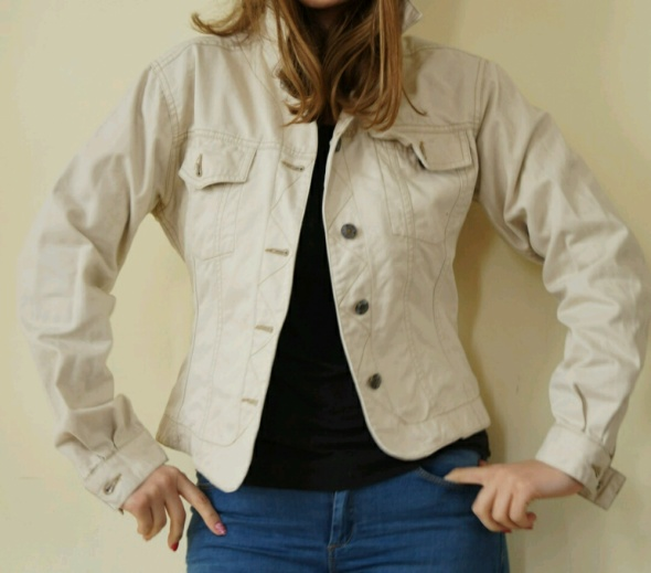 kurtka jeansowa w kolorze piaskowym 38